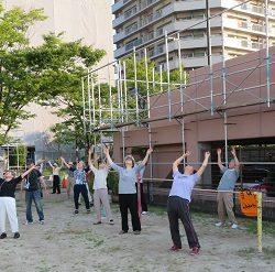 修多羅校区の早朝ラジオ体操でストレッチ指導を行いました